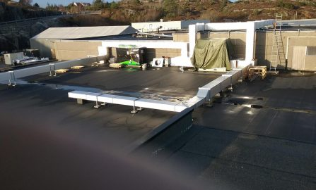 Iso-Duct ventilasjonskanaler montert utvendig på tak, Sotra fiskeindustri
